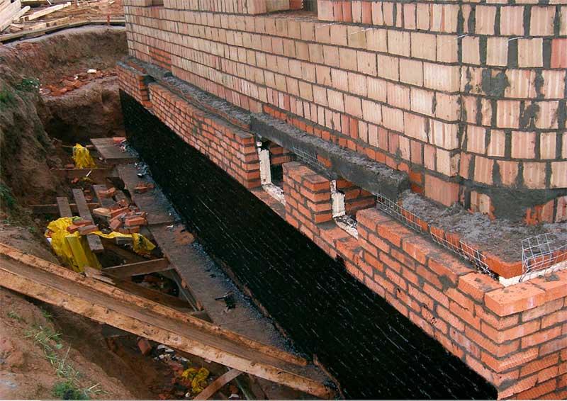 Усиление фундамента кирпичного дома прижимными стенками